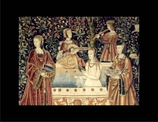 Isabelle Bardiès-Fronty, conservatrice en chef au Musée de Cluny, revient sur une idée reçue selon laquelle les gens négligeaient l'hygiène au Moyen Âge. Le fait est qu'à cette époque existent des étuves et la pratique du bain dans les maisons particulières. Elle parle également des canons de la mode d'alors: fronts bombés, chevelures blondes, peaux blanches...