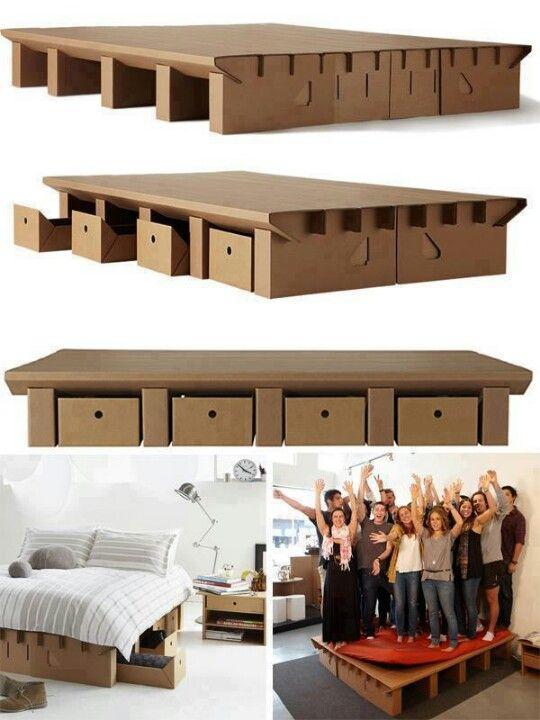 Cardboard adaptado a debajo de la cama como sustituto de canap�                                                                                                                                                                                 Más