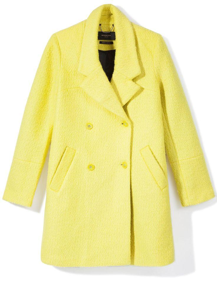 Wo wir gerade bei bunten Mänteln waren: Dieses hübsche, gelbe Stück bekommt ihr bei Reserved, um 79 Euro. Damit hat der Winterblues mal so gar keine Chance! Und Kombinationen mit Jeans, Grau und Schwarz sehen ziemlich gut aus.