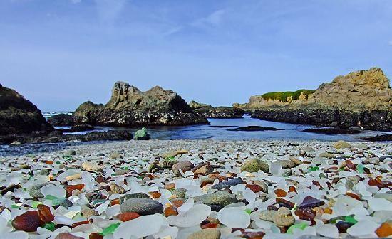 グラスビーチ / Glass Beach / アメリカ カリフォルニア州のグラスビーチは元はゴミ捨て場。数十年を経て波に削られたガラスのゴミは、世にも不思議な美しいビーチに生まれ変わりました。