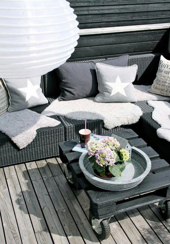 Inspiratie - Zwarte lounge bank met grijs/witte kussens