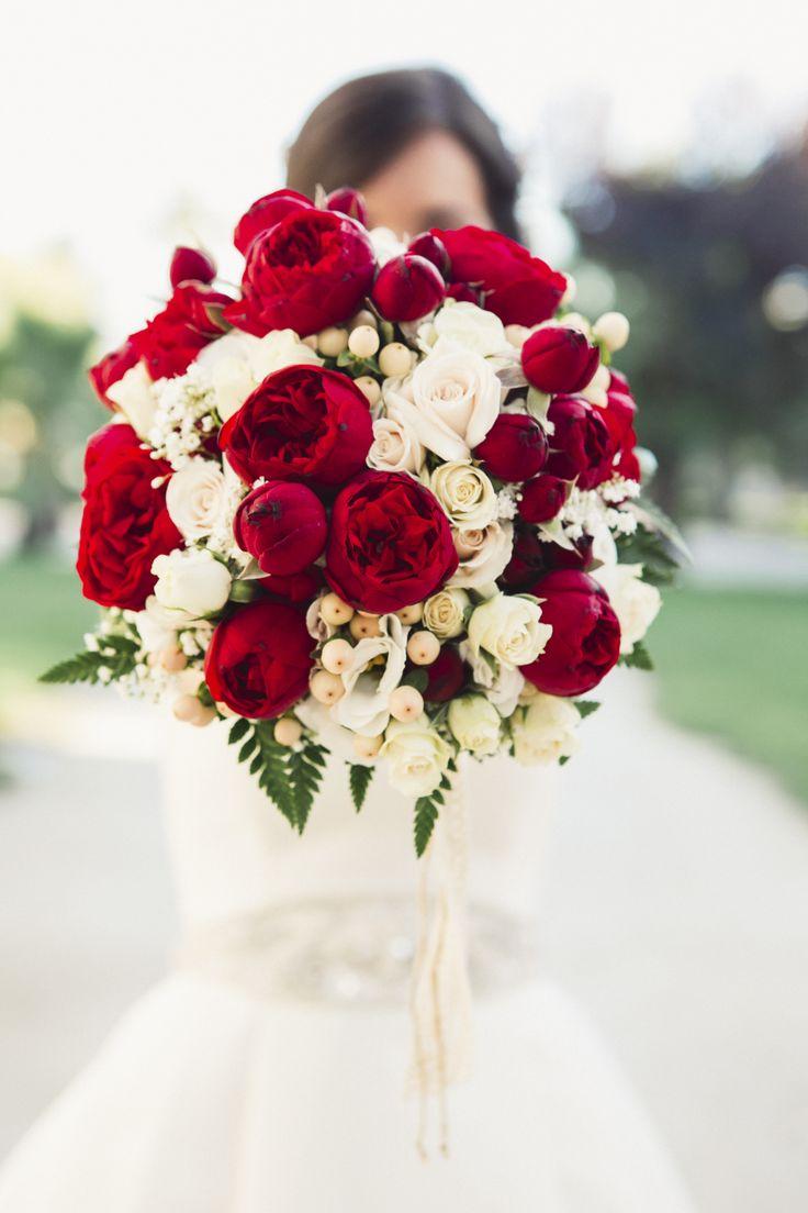 Ramo de rosas rojas y blancas