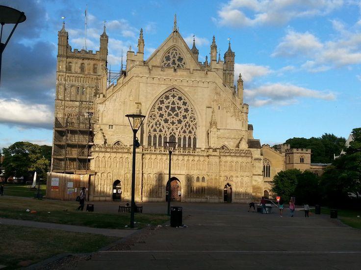 Katedrála v Exeteru. Pohled na tu krásnou stavu bohužel zkazí odpady všude kolem (ráno v 9 nebylo ješte odklizeno)