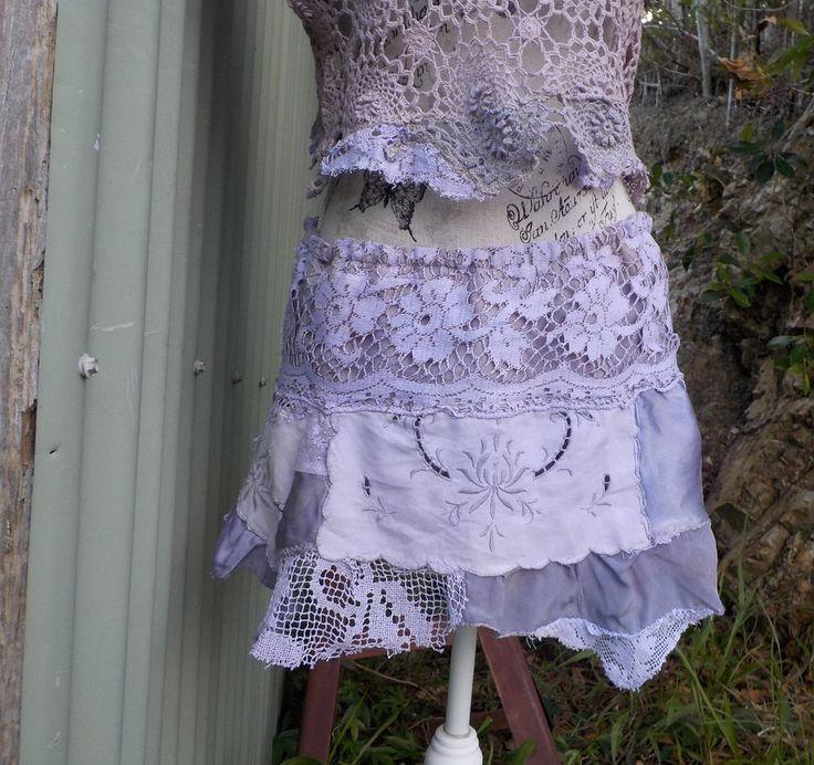falda corta hecha de una mezcla de encajes vintage, seda, crochet y bordado  mano teñido pálido Malva polvorienta / lila...  con bordes semi  parcialmente forrado  tamaño - pequeño / mediano - el elástico de la cintura se extiende de 25 a 36  lavado suave fresco