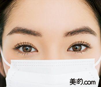 マスクのメイクコツ 1、白いマスクによって強調されるくまは明るさでカバー 2、目元しか見えないから目力を出しつつ優しい雰囲気に 3、マスク内のよれとマスクの摩擦から肌を守るベース作りを