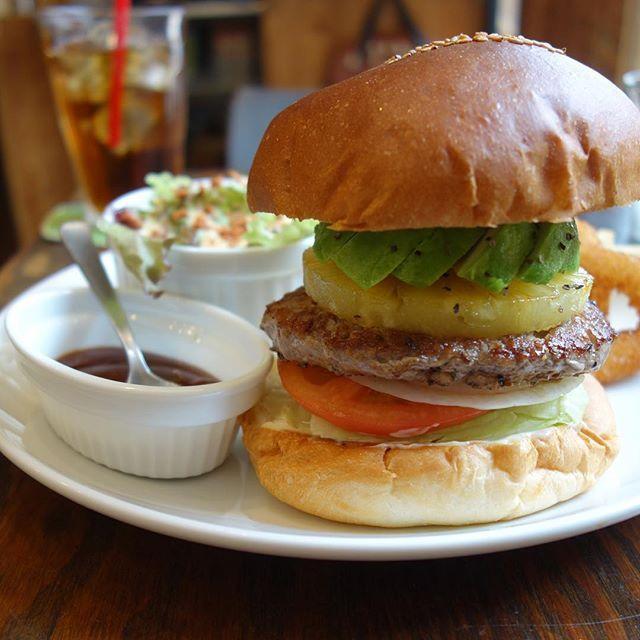 アボカドバーガーにパイントッピングソースはBBQをチョイスソースが別添えになってて最初はソースなしで楽しめます() #meallog #food #foodporn #burger #burger_jp #ハンバーガー #