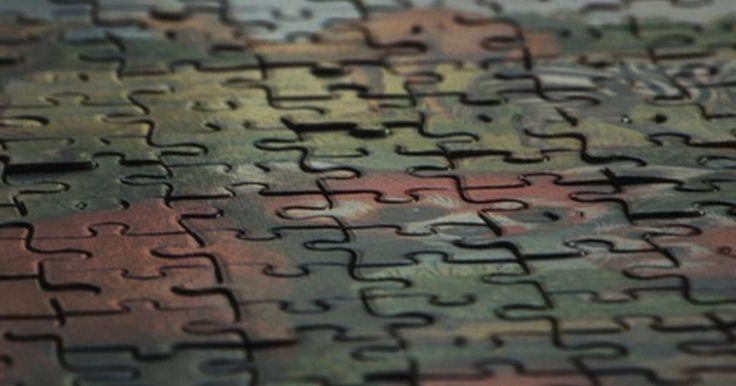 Cómo crear un cubo Rubik. Hacer tu propio cubo Rubik puede ser excitante y provechoso, especialmente si ya puedes resolver un cubo Rubik. Crear el tuyo propio te permite crear cubos más desafiantes o hacer cubos personalizados aplicando cualquier imagen que quieras a los lados. Aprende a armar tu propio cubo Rubik y podrás crear nuevos desafíos para ti mismo y regalos ...