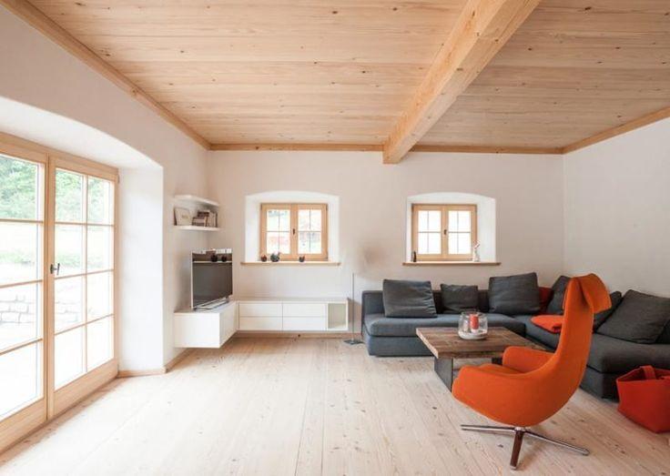 Wohnzimmer im Bauernhaus mit Altholz und bodentiefen Fenstern - offene küche wohnzimmer