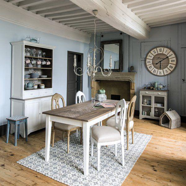 Côté meubles, on mise plutôt sur du mobilier massif. Dans la salle à manger, la table doit trôner au centre de la pièce, afin d'y attirer les convives. Optez pour une grande table en bois, une table de ferme chinée, des bancs ou des chaises en bois dépareillées. Must-have pour une décoration campagne chic : le vaisselier !