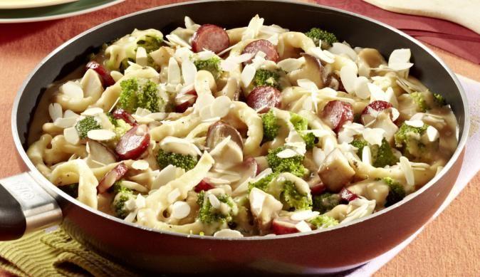 MAGGI Rezeptidee fuer Broccoli-Spätzle-Pfanne mit Cabanossi