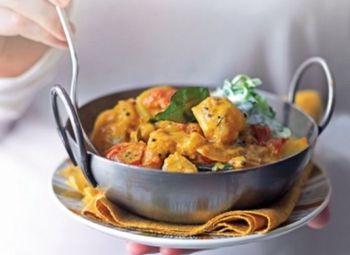 www.4cooking.ro Curry-ul de cartofi este un preparat consistent și aromat cu un gust perfect și complet. Este o rețetă vegetariană cu specific indian. O imbinare perfectă de arome care combină gustul acrișor al limelor, cu cel dulce al cartofilor și cu cel iute al ardeilor. Preparatul se servește alături de un răcoritor sos de iaurt cu castraveți care vine în completarea acestor delicioase arome. www.4cooking.ro