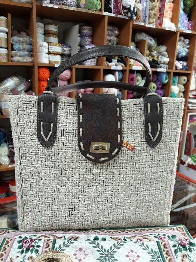 Τώρα κατάφερα να ...κυκλοφορίσω την καινούργια μου τσάντα.Την κέντησα πάνω στον ειδικό πλαστικό καμβά.!!!!!!