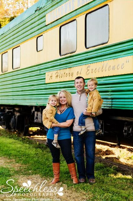 Lots of family picture ideas using PROPS!! Love these family pictures with a train!