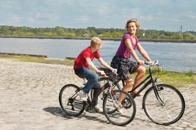 Still of Cécile De France and Thomas Doret in The Kid with a Bike