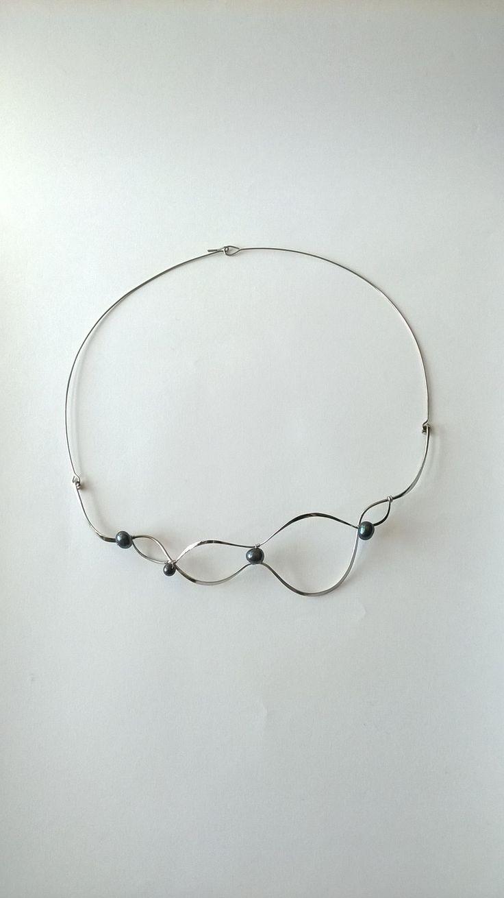 """Náhrdelník+HRD19+""""Elegance""""+s+modrými+perlami+Autorský+šperk.+Originál,+který+existuje+pouze+vjednom+jediném+exempláři+z+kolekce+""""Elegance"""".Vyniká+svou+lehkostí,+kouzelným+prostorovým+tvarem+a+elegancí+čisté+linie.+Nevšední+řešení+s+perlami+poutá+pozornost,+ale+není+okázalé,+díky+čemuž+se+tento+šperk+hodí+ke+každé+i+každodenní+příležitosti.+Náhredlník+je..."""