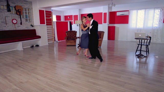 Argentine tango - Combination: barrida gancho. Watch the entire lesson on www.tangomeet.com.