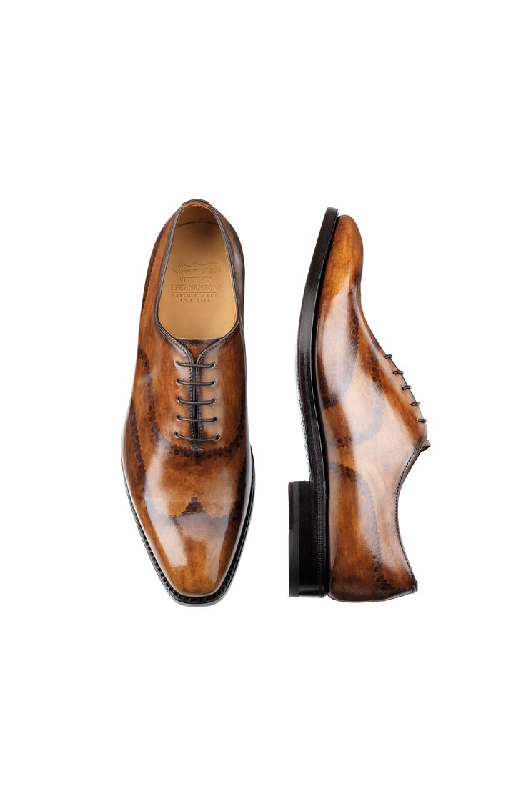 King Brogue Noce Antique / painted Brogue Oxford Plain Vamp, five-hole lace-up shoe for men. The upper, made ​​of genuine leather, is first colored and antiqued by hand, and then decorated by painting with brush and natural colors of the typical pattern dovetail.