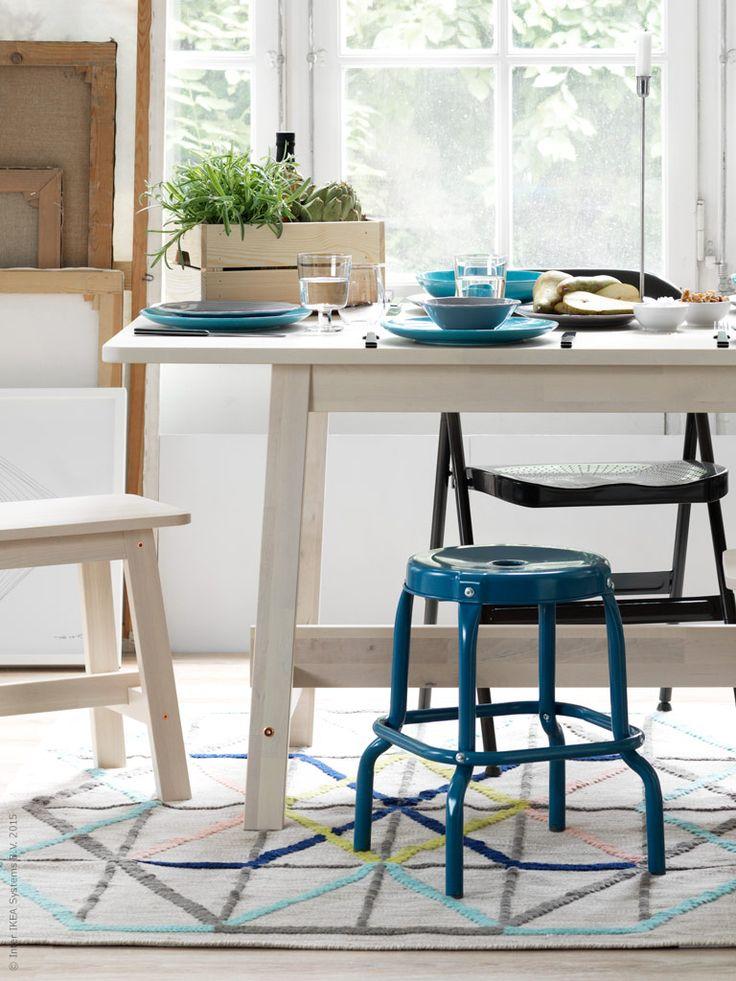 NORRÅKER bord och pall, RÅSKOG pall. FRODE klappstol, FÄRGRIK serien, IKEA 365+ vinglas, Färska kryddor i lådan KNAGGLIG. IKEA 365+ skål, IKEA PS 2014 matta.