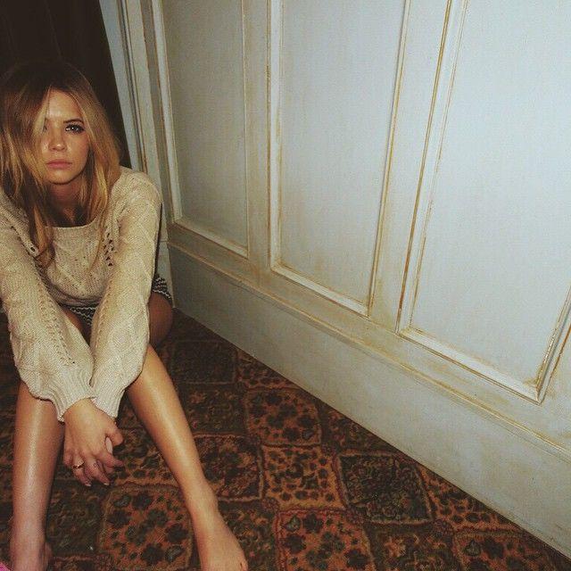 Ashley looks like the perfect Cali girl. | Pretty Little LIars