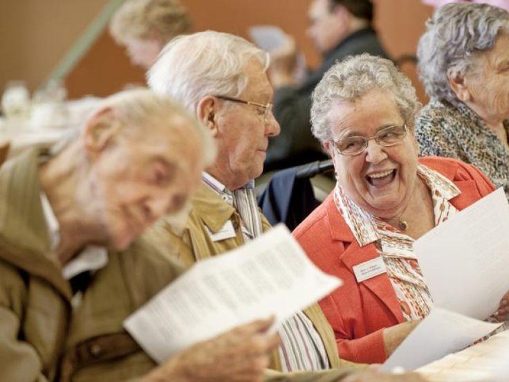 ouderen worden er vrolijk van om liedjes van hun tijd te kunnen zingen