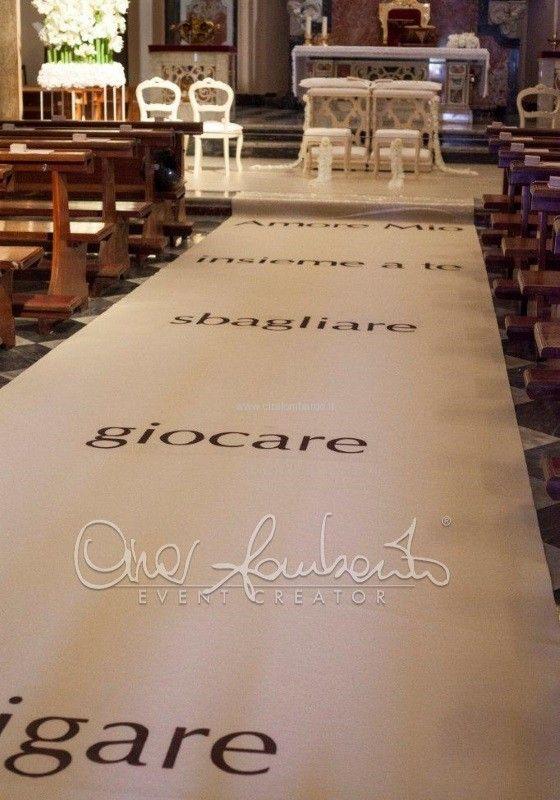 Gorgeous wedding in Sorrento. White carpet con dedica d'amore accompagna la sposa all'altare nuziale. | Cira Lombardo Wedding Planner