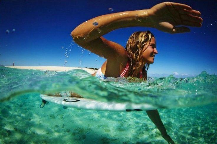 Le clip dans lequel elle tourne en dérision les clichés sexistes dans le milieu du surf a été vu presque 300 000 fois. La surfeuse pro Pauline Ado nous raconte son parcours.
