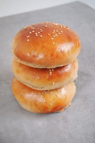 Dans un hamburger, tout vient du pain, il faut qu'il soit suffisamment moelleux pour se gorger du jus de la viande, mais qu'il ai aussi de latenue et du gout. J'avais déjà fait cette recette de buns (nom donné au pain du hamburger) parfait, trouvée sur le super site Le Pétrin, mais comme on …