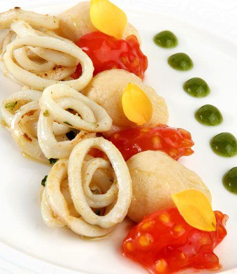 Ñoquis de queso y huevo con perlas de tomate y chipirón http://www.dondedijehuevodigodagu.com/post/52780296009/noquis-queso-huevo-tomate-chipiron