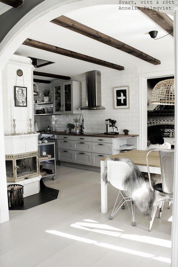 print med kors, plustecken på tavla, artprints, artprin, konsttryck, kök, inspiration, interiör, grått kök, hth, zebra, svartvit, svarta, vita, presenttips, födelsedagspresent, 20års present, 30årspresent, studentpresent, öppna hyllor i köket, vitt golv, fototapet eiffeltorn, kakelugn, tavlor, upphängning