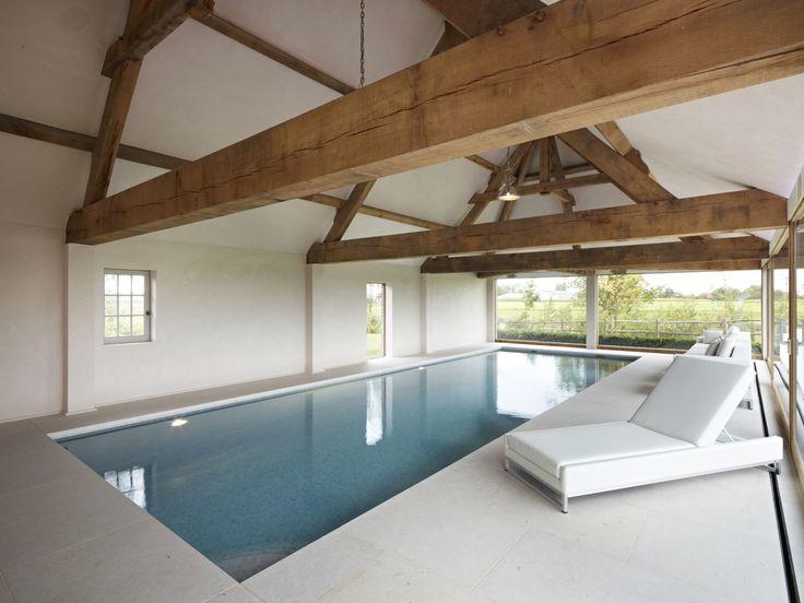 Dit mooie binnenzwembad met hoge waterstand en lichte interieurtinten beantwoord…