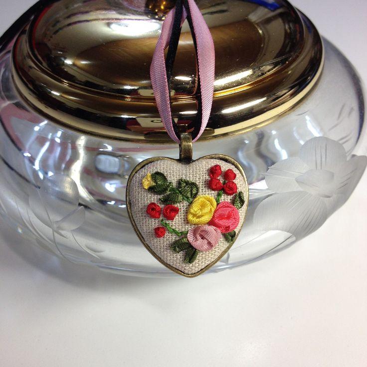 Colgante bronce antiguo, confeccionado con un delicado bordado de cintas de seda. Hecho a mano. Materiales de primera calidad, tela de lino, cintas de seda, cadena de bronce. Medidas aprox. 3 cm x 3 cm.Precio 16€. Gastos de envío gratuitos a partir de 35€  http://www.telasytentaciones.com/es/inicio/nuestro-rincon-artesanal/con-hilos-y-agujas/colgante-corazon#sthash.7VIcgfCf.dpuf