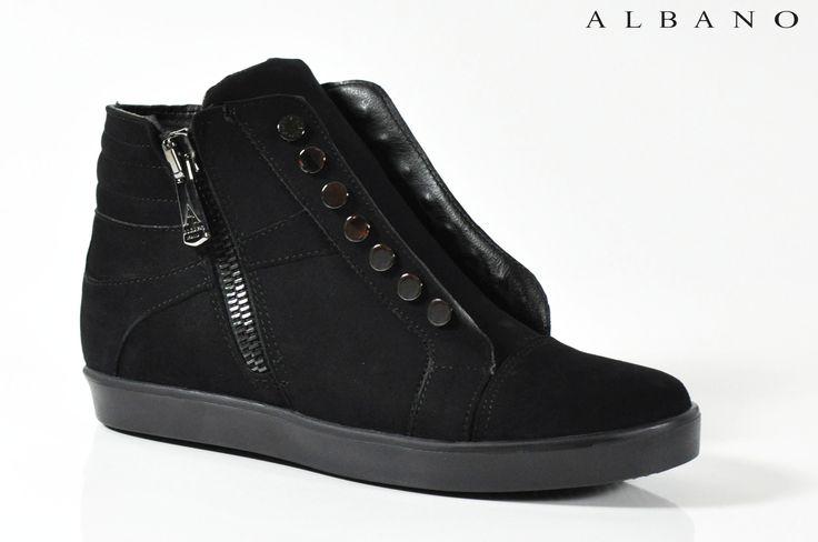 Ginnica Albano in camoscio nero. Realizzata su fondo nero e senza stringhe, in perfetto stile americano, rispettando tuttavia l'eleganza che caratterizza questo brand