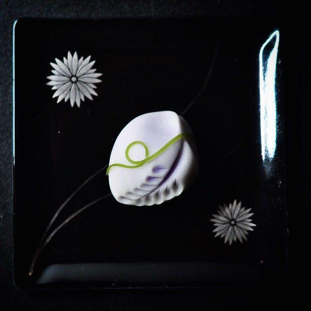 """一日一菓 「枝垂れ藤」 煉切製 wagashi of one day """"Wisteria"""" 本日は藤の花です、 良くある一般的なDesignを少しアレンジしてみました。 かくしてぞ人は死ぬといふ藤波のただ一目のみ見し人ゆゑに by 万葉集"""