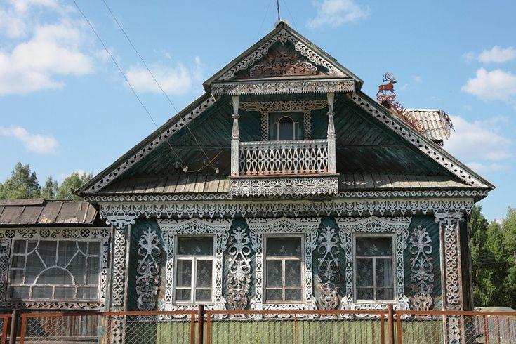 Фото деревянного фасада в деревенском стиле с узорами