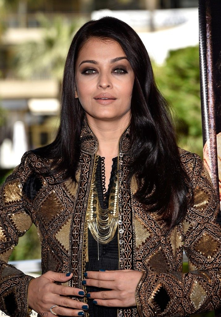 """Indian actress Aishwarya Rai posed to the photographers during the """"Sarbjit"""" Photocall at the 69th Annual Cannes Film Festival. #cannes #festivaldecannes #aishwaryarai"""