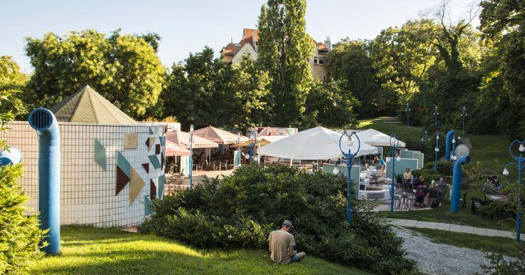 A Gellért Fürdő kék-fehér egyenruhájába öltözve várja vendégeit a Pagony, amely egy régi gyermekfürdő helyén nyílt meg.