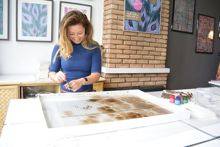Ebru is schilderen op water, een traditionele Turkse kunstvorm. Het is een ambachtelijke techniek die herkenbaar is door haar organische vormen en vloeiende patronen.