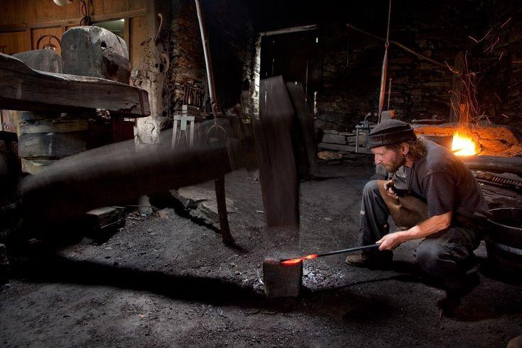 """""""...el occidente asturiano fue abundante en mineral de hierro, añadido a quedisponíade frondosos bosques de donde se podía obtener el carbón vegetalcon el que se podíaalimentar las fraguas y abundanteagua con la que moversus mazos, todo ello contribuyó a que enTaramundi la artesanía de lasnavajas y cuchillos fuese muy importante y a que hoy en día este arte que seha ido heredandogeneración tras generación siga latente, vivo..."""""""