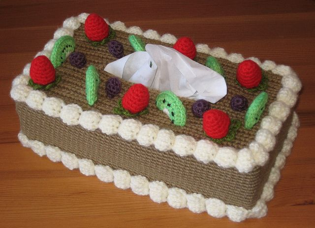 Chiffon cake - tissue box cover, pattern found on : http://www.ravelry.com/patterns/library/chiffon-cake-with-fruit-topping-tissue-box-cozy