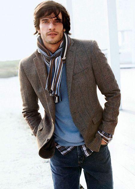 Comprar ropa de este look:  https://lookastic.es/moda-hombre/looks/blazer-jersey-con-cuello-barco-camisa-de-manga-larga-vaqueros-bufanda/2255  — Blazer Gris Oscuro  — Bufanda de Rayas Verticales Blanca y Marrón  — Jersey con Cuello Barco Azul  — Camisa de Manga Larga de Tartán Negra y Blanca  — Vaqueros Azul Marino