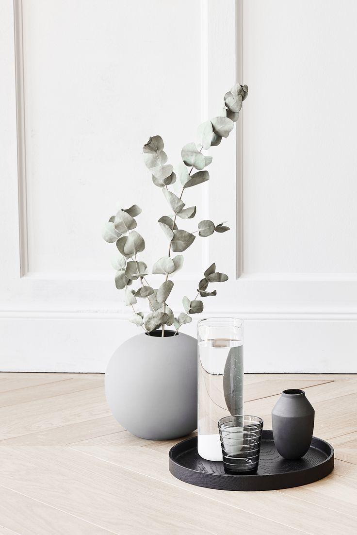 Eleganter Skandi Flair Mit Einer Kugelvase Aus Grauem Porzellan Und  Eucalyptus Zweigen. // Vase