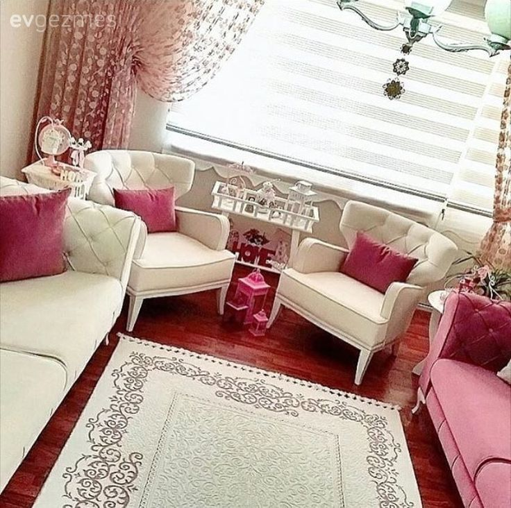 Beyaz mobilyalara sıcaklık katan pembe aksesuarlar, cıvıl cıvıl desenler ve tatlı dekoratif objelerle Nihal hanımın iç açıcı, zevkli evinin konuğuyuz..  Renk ve mobilya seçimlerini alana uygun yapan...