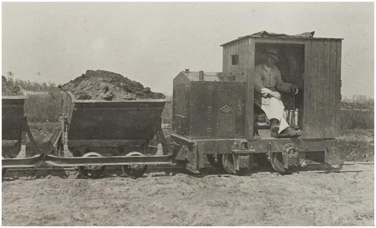 Liessel, Werkverschaffing.  P. van de Kimmenade op de locomotief. 1932