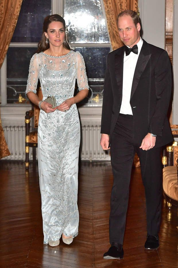 Kate Middleton et le prince William lors de leur dîner officiel à l'ambassade de Grande-BretagneThe Duke and Duchess of Cambridge arrive for a dinner hosted by Her Majesty's Ambassador to France, Edward Llewellyn, at the British Embassy in Paris, as part of their official visit in Paris, France onFriday March 17, 2017. Photo by Dominic Lipinski/PA Wire/ABACAPRESS.COM | 586182_001 Paris u France