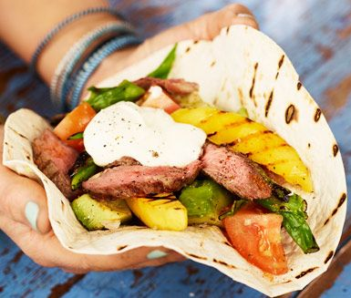 Fruktiga fajitas med grillad mango, utskuren biff och vitlöksfyllig avokadoröra av guacamole-typ. Servera i tortillabröd med en klick crème fraiche. Enkel festmat för hela familjen! Kanske istället för tacos?