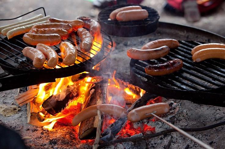 makkara (116728). grillata, grillaus, grilli, grillimakkara, herkullinen, hiilet, hiillos, makkara, makkaranpaisto, makkarat, ruoka, ulkoruoka