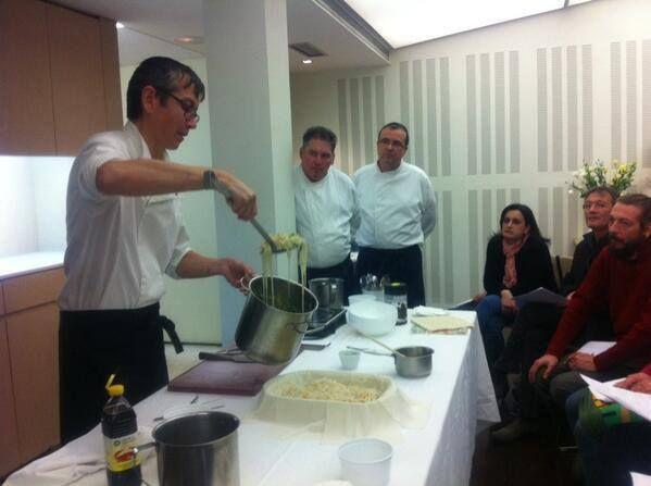 Preparando la bastela de tahi marroquí en el curso de cocina de LALIBELA FOOD COMPANY