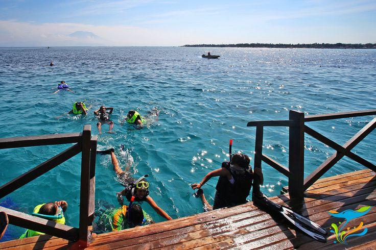 Pontoon yang menjadi base untuk snorkeling. Di kejauhan nampak Gunung Agung yang merupakan gunung tertinggi di Bali.