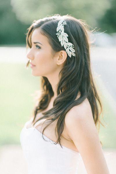 ゆるいカールが新婦の自然な美しさを引き立てる♪ Aライン・プリンセスドレスに合うダウンヘアの髪型まとめ。ウェディング参考用。
