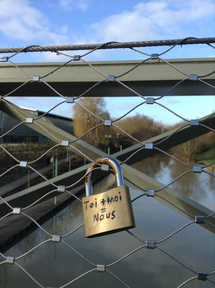 Petite ballade dominicale pour profiter de ce beau dimanche printanier dans les espaces verts devant les Arènes à Metz... Et découverte de tout ces cadenas entrelacés sur le pont qui mène vers Queu...